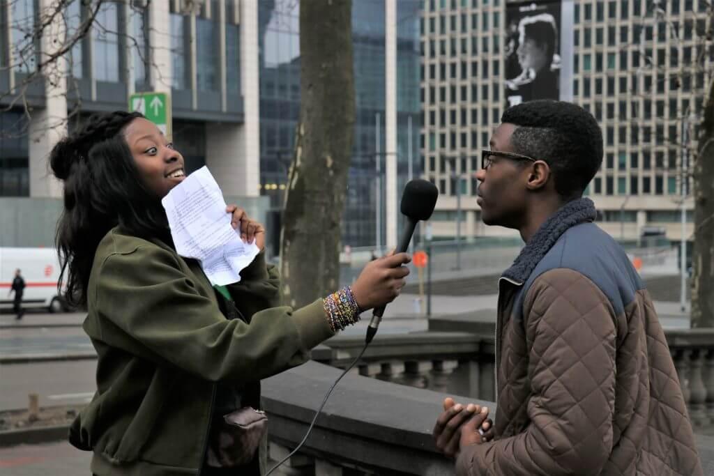 leerlingen interviewen elkaar over de schoolbuurt